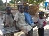 Neugierige Kinderaugen verfolgen uns auf dem Weg durch Musenga Village