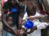 Wir zeigen den Kinder, wie man mit Seife die Hände waschen kann
