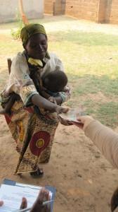 Wir übergaben Mikrokredite an zehn Frauen
