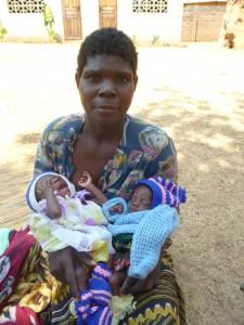 Die 39-jährige gehbehinderte Mutter mit ihren unterernährten Zwillingen
